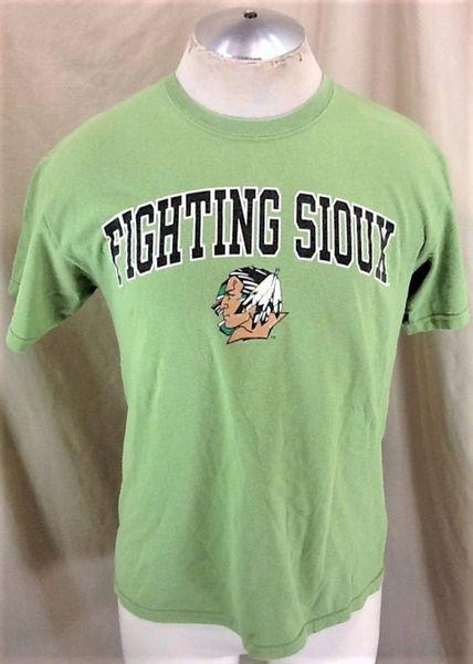 Vintage North Dakota Fighting Sioux (Med) Retro NCAA Old Logo Graphic Green T-Shirt