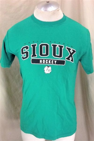 University of North Dakota Fighting Sioux (Med) Retro NCAA Hockey Graphic Green T-Shirt