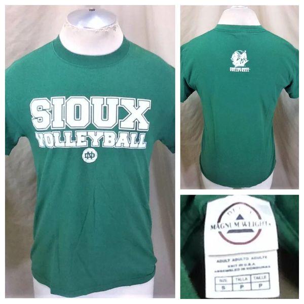 North Dakota Fighting Sioux Volleyball (Small) Retro NCAA Apparel Graphic Green T-Shirt