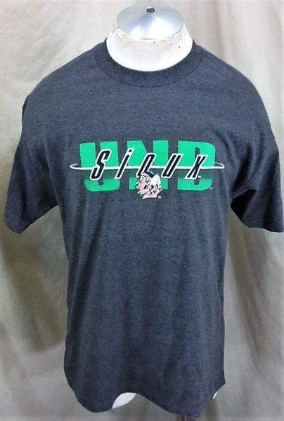 North Dakota Fighting Sioux Hockey (Large) Retro UND NCAA Graphic Gray T-Shirt