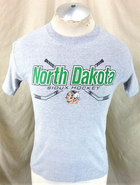 North Dakota Fighting Sioux Hockey (Small) Retro NCAA Old Logo Graphic Gray T-Shirt
