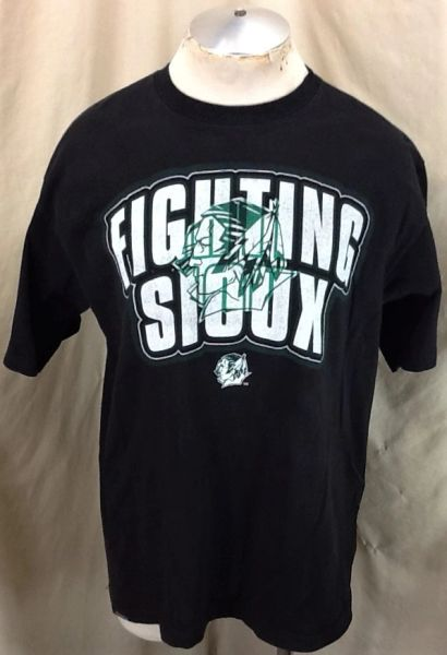 Jansport North Dakota Fighting Sioux (Large) Retro NCAA Apparel Graphic Black T-Shirt