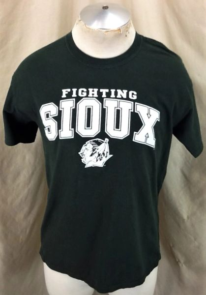 North Dakota Fighting Sioux (Med) Retro NCAA Old Logo Graphic Brown T-Shirt