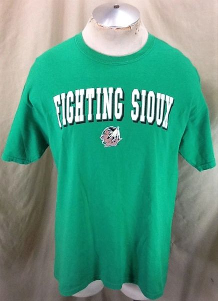 North Dakota Fighting Sioux Apparel (Large) Retro NCAA Old Logo Graphic Green T-Shirt