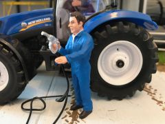 FARMER WITH FUEL NOZZLE 1:32 SCALE AT-COLLECTIONS 32123