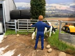 FARMER HOLDING FIGURE 1:32 SCALE AT-COLLECTIONS 32131