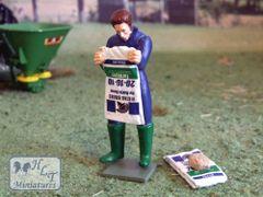 WM078D Man Emptying Sack of Fertilizer 1:32 Scale Figure