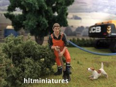 Worker Digging with a Spade Farm/Construction Figure 1:32 Scale AT-Collections (Cat. No. 32146)
