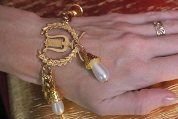 6570 Victorian Gold Tone Harp Pearl Adjustable Bracelet