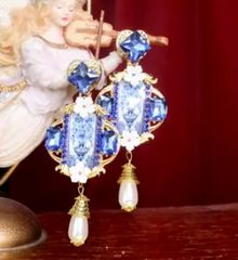 7252 Baroque Tile Vase Print Pearl Light Weight Parrots Earrings