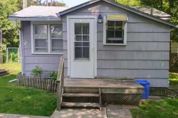 2 Bedroom cottage (kids welcome) pet friendly  steps from Ipperwash beach for $1000/week