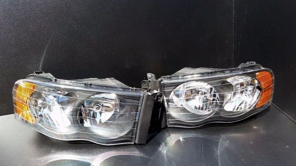 02-05 DODGE RAM BLACK HOUSING HEADLIGHTS WITH AMBER REFLECTORS