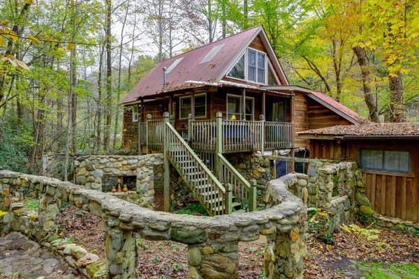 FISHERMAN'S CABIN at Bear Creek Lodge and Cabins in Helen Ga Hot Tub 1 King/1 Queen & 2 Twins Slps 6