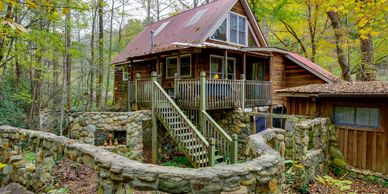 FISHERMAN'S CABIN at Bear Creek Lodge and Cabins in Helen Ga Hot Tub River 1 King/1 Q & 2 T Slps 6