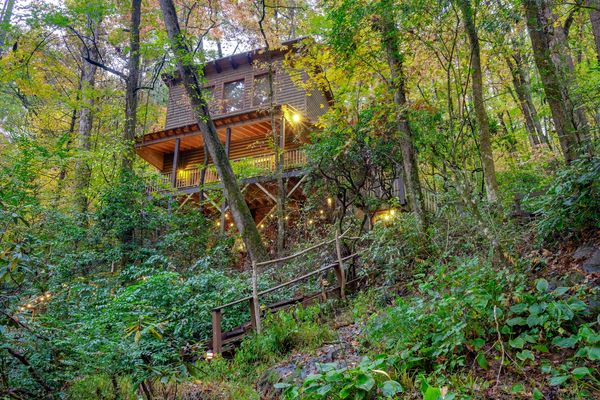 THE TREEHOUSE at Bear Creek Lodge and Cabins in Helen Ga Private Hot Tub 2 Queen/1 Twin Sleeps 5