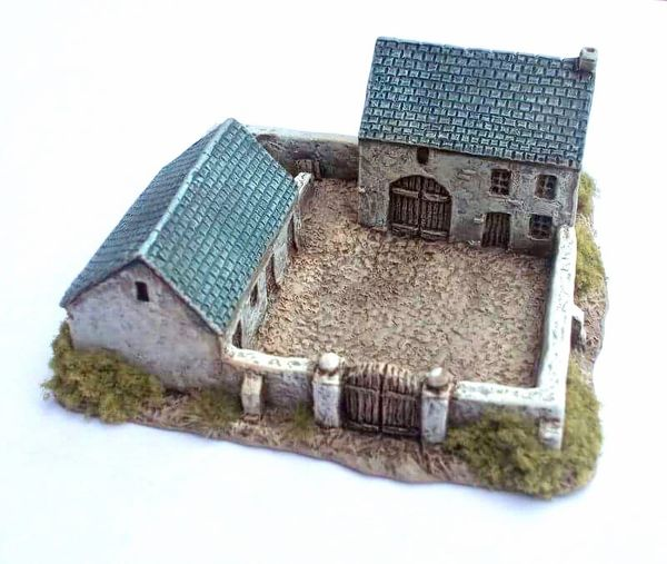 (6mm) Enclosed Farmhouse & Stables (6B009)