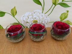 MODERN SET OF 3 SILK RED ROSE & BEAR GRASS ARTIFICIAL FLOWER ARRANGEMENTS IN GLASS BOWLS WITH WATER & CRUSHED ICE