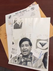 CESAR CHAVEZ SIGNED UNITED FARM WORKERS LABOR LEADER AUTOGRAPHED PHOTO
