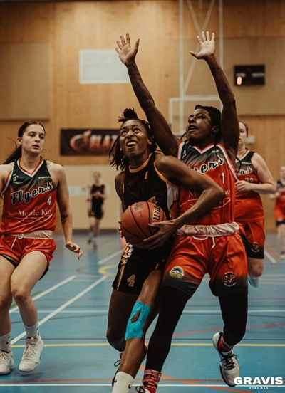 Thames Valley Cavaliers Women's Basketball player driving to the hoop