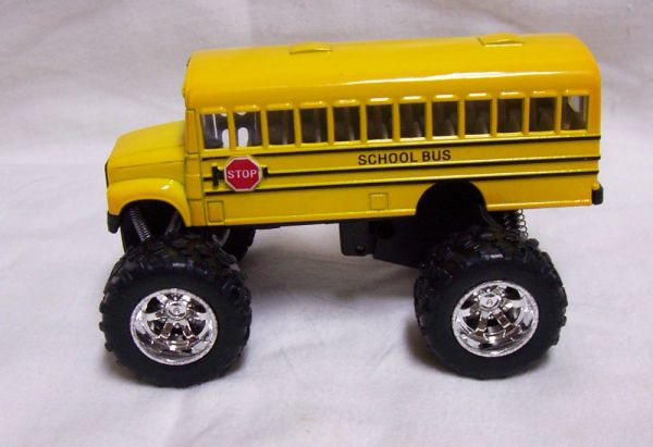 ACTION TOY - Diecast Big Wheel School Bus Pull Back Action Door Opens KINSFUN