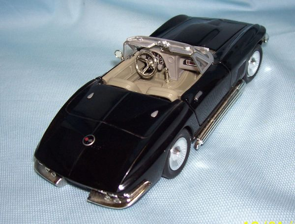 1967 Chevy Corvette Convertible Diecast Collectible Model Car 1:24 Scale Motor Max