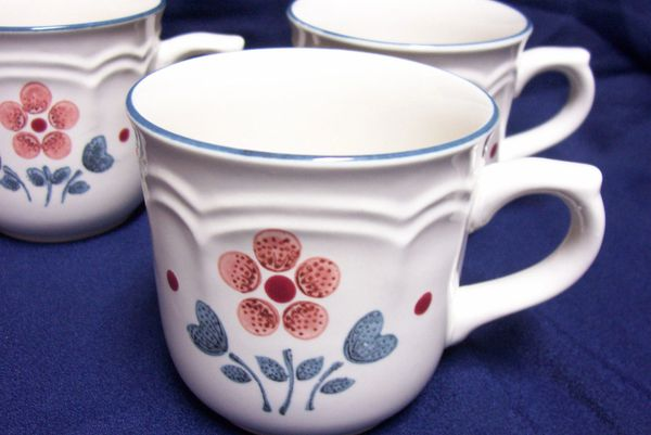 CUPS: Set of (3) Stoneware Coffee cups Brambleberry Pattern - Cumberland Japan