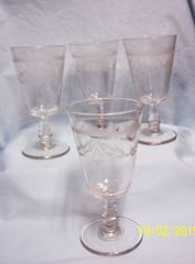 ICE TEA GLASSES/GOBLETS: (4) Holiday Stemmed Ice Tea Glasses/Goblets with Berries