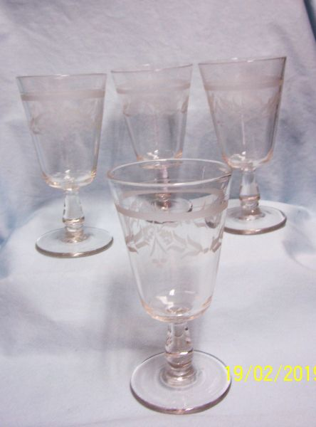 ICE TEA GLASSES/GOBLETS: (8) Holiday Stemmed Ice Tea Glasses/Goblets with Berries