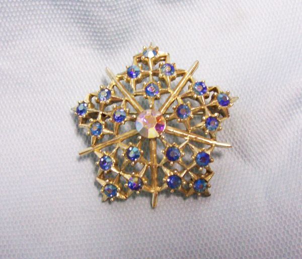 COSTUME JEWELRY: Vintage Fashionable Brooch Pin Blue Rhinestones Star Design w/AB Stone Center