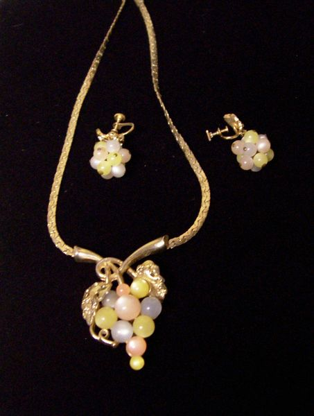 NECKLACE SET: Vintage Retro Grape Jewelry Necklace Gold tone Chain and Earrings Pastel Beads