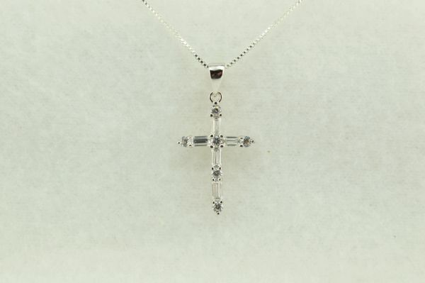 "Sterling silver cross pendant with sterling silver 18"" box chain. N225"
