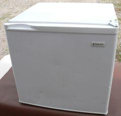 Magic Chef 18EYW Compact Refrigerator w/ Small Freezer