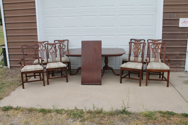 Vintage Mahogany Double Pedestal Dining Table w. 8 Chairs & 20'' Leaf