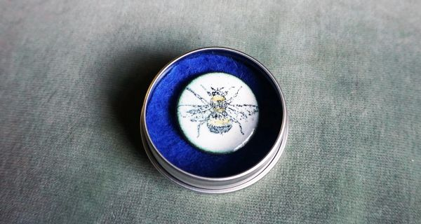 Round bumble bee brooch