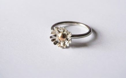 Sterling silver and 9ct gold daisy ring
