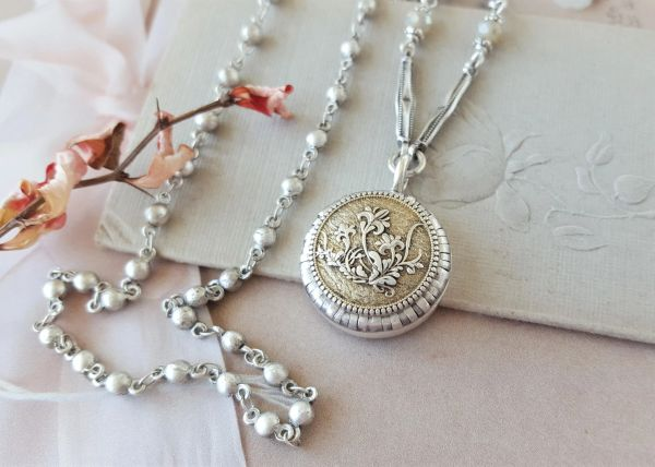 IT'S de Lovely - Etched Floral Necklace