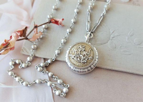 IT'S de Lovely - Etched Floral Necklace