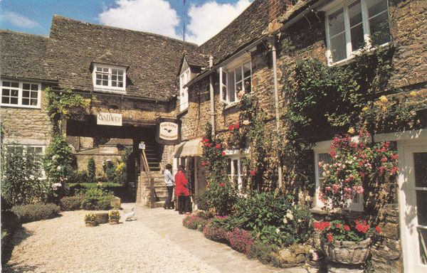 Post Card Oxfordshire BURFORD Bear Court Colourmaster Limited R78853
