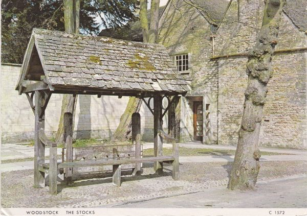Post Card Oxfordshire WOODSTOCK The Stocks Judges Limited C 1572