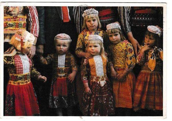 Postcard Netherlands / Costumes Dutch Costumes Marken (2)