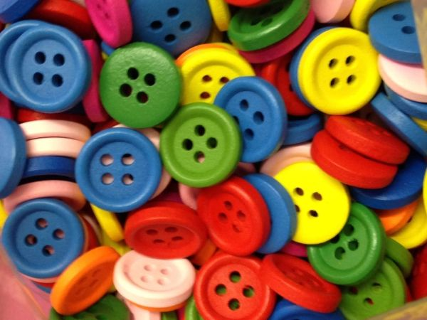 The Bead and Button Box - 25 Round Mixed Brightly Coloured Wood Buttons 15mm. Sewing Knitting, Handbags, Cushions, Crafts, Scrapbook,
