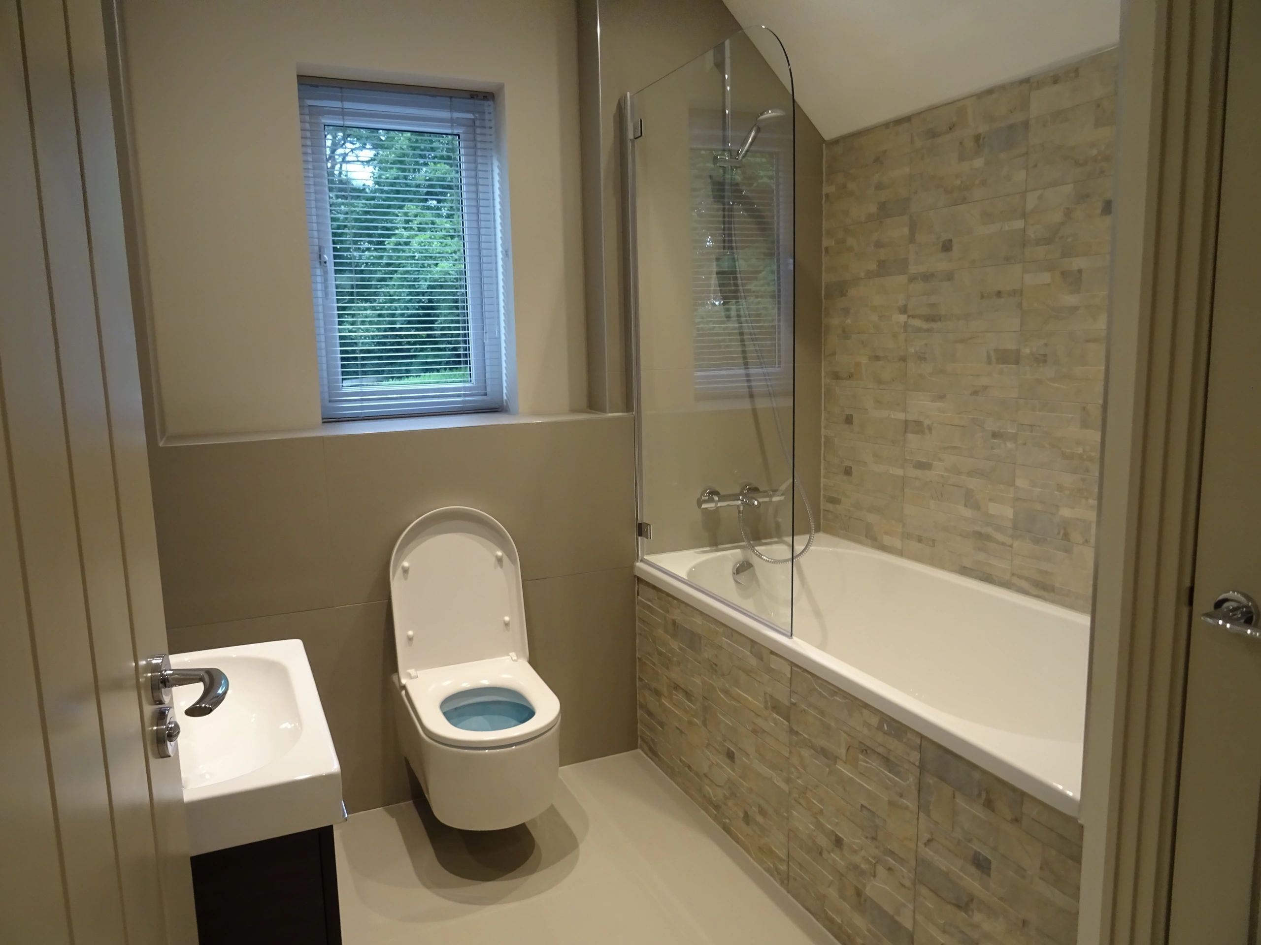 Bathroom is clean and ready for it's end of tenancy cleaning inspection