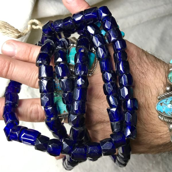 1800s HUGE ALASKAN TRADED FAMILY STRAND OF RUSSIAN BLUES GLASS FACETED AMERICAN INDIAN ATHABASKAN COBALT BLUE TRADE BEADS NECKLACE