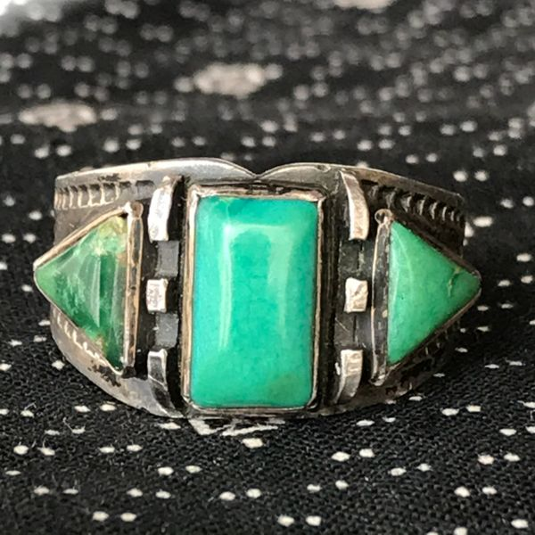 1920s FRED HARVEY or H. H. TAMMEN FILE STAMPED WHIRLING LOG GREEN CERILLOS TURQUOISE CIGAR BAND SILVER RING
