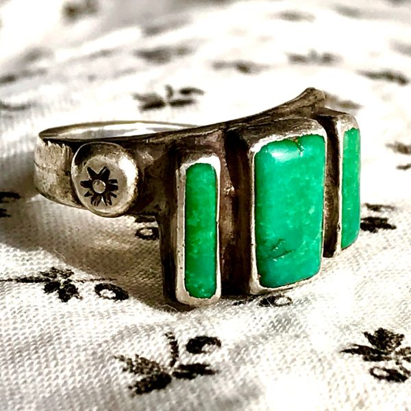1930s UNUSUAL RARE INGOT SILVER ADJUSTABLE CERILLOS GREEN SILVER BAND RING