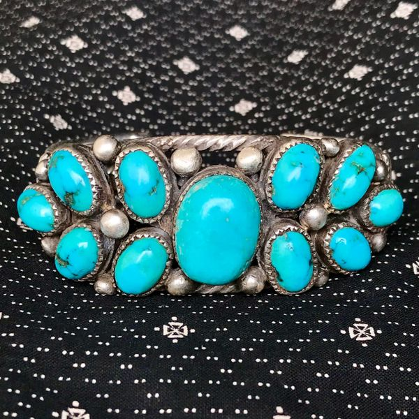1920s HAND PULLED HAND DRAWN INGOT WIRE HEAVY BIG VIVID TALL OVAL DOMED BLUE CORN PATTERN TURQUOISE ROW CUFF HAND CUT BEZELS BRACELET