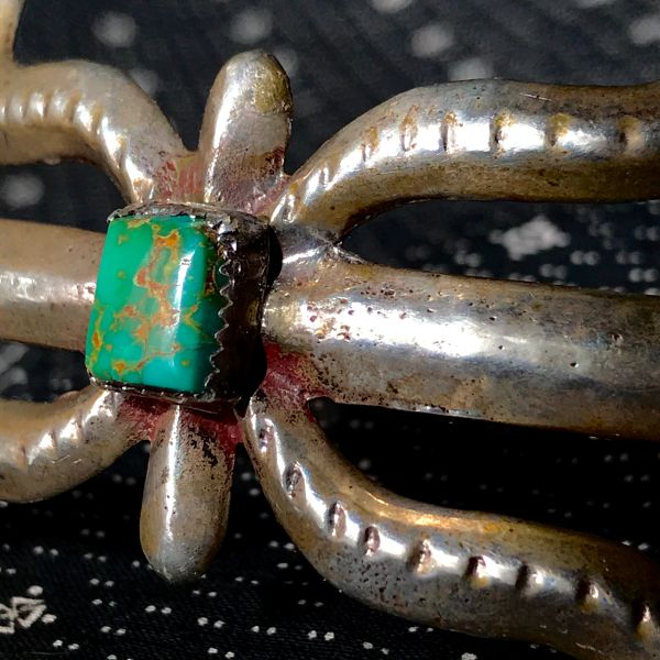 1950s SANDCAST SPIDER SHAPED GREEN ROYSTON TURQUOISE SILVER CUFF BRACELET