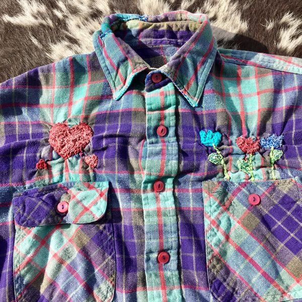 SHASHIKO BORO ELBOW PATCHED 1980s THIN FLOWY & FADED FLANNEL PLAID PASTEL COLORS WITH HAND EMBROIDERED HEARTS & TULIPS