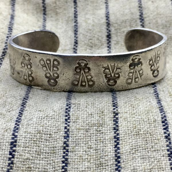 SOLD 1920s PUEBLO SILVER INGOT WELL WORN STAMPED CUFF FOR A VERY SMALL WRIST