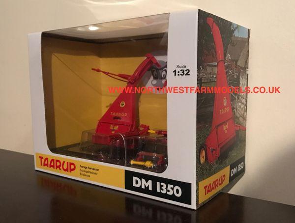 4965 UNIVERSAL HOBBIES 1/32 SCALE TAARUP DM1350 FORAGE HARVESTER (DEALER BOX)